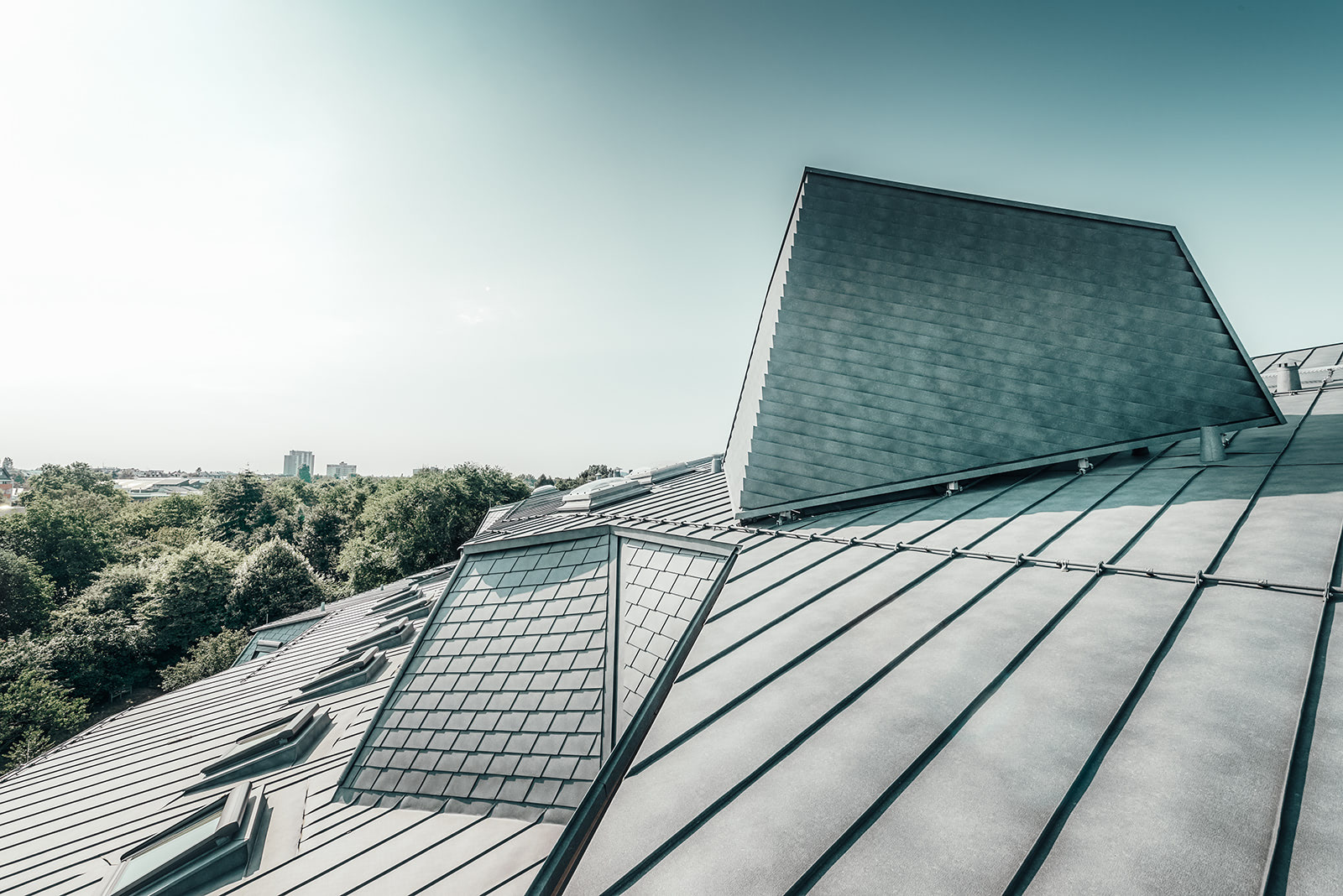 renovated roof, detail, Prefalz, hidden air conditioning system with a partition wall made of shingles, slightly marbled color P.10 stone grey
